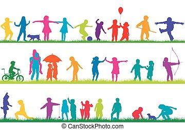 Siluetas de niños jugando al aire libre