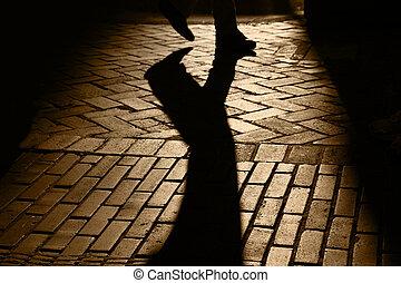 Siluetas y sombras de persona caminando