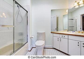 Simple interior de baño con ducha de cristal
