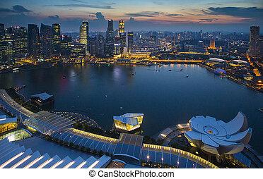 Singapur Skyline con el crepúsculo