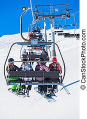 Skiers en un elevador de esquí