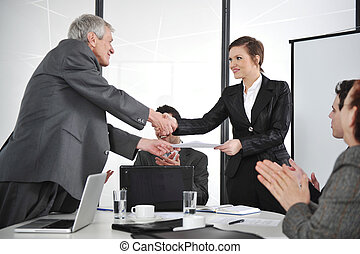 Socios de negocios apretando en la reunión y recibiendo aplausos