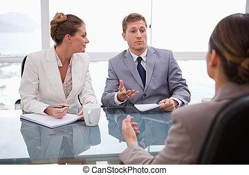 Socios de negocios hablando con abogado