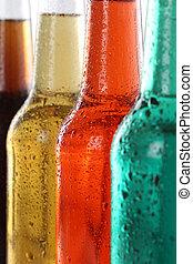 Soda bebe con cola y cerveza en botellas