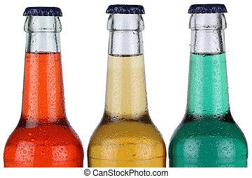 Soda colorida en botellas aisladas