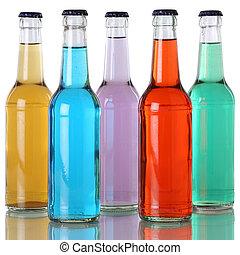 Soda colorida y refrescos suaves en botellas con reflejo