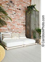 sofá blanco en la habitación