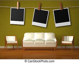 sofá blanco y dos sillas en el interior verde