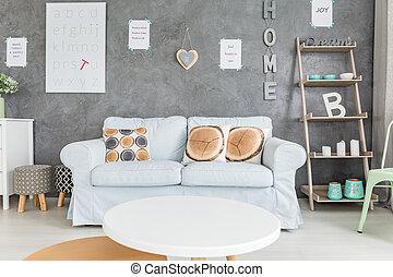 sofá cómodo y mesa redonda