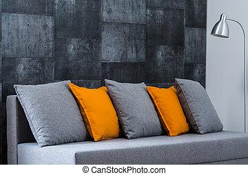 Sofá gris en la sala
