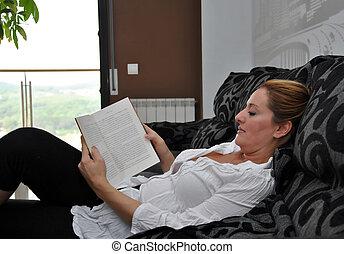 sofá, silenciosamente, lectura de mujer