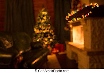 Sofa, chimenea y árbol de Navidad decorado fondo desenfocado