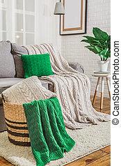 Sofa con cuadros verdes en el interior