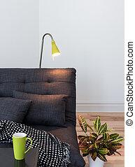 Sofa gris acogedor en la sala