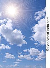 Sol brillante en el cielo azul