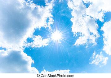 Sol brillante entre el cielo azul y nubes blancas