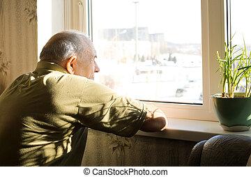 solo, viejo, ventana, hombre, mirar fijamente afuera