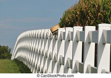 Sombrero Amish sobre el poste de la valla