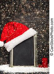 Sombrero de Santa Rojo en la pizarra con nieve