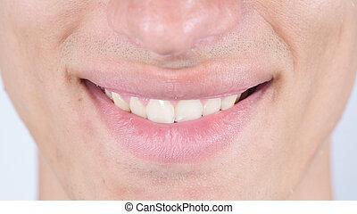 Sonríe, cierra los labios de la cara del hombre