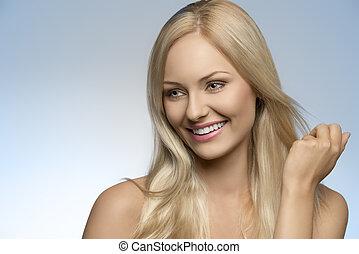 Sonriendo chica rubia natural