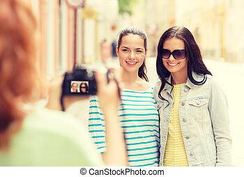Sonriendo chicas adolescentes con cámara
