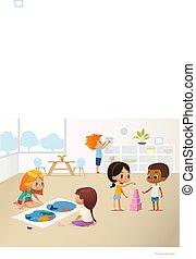 Sonriendo chicos haciendo diferentes tareas en la escuela primaria. Chicos y chicas construyendo pirámides de bloques rosas y viendo mapas del mundo. El concepto de ambiente Montessori. Ilustración de vectores para poster, pancarta.
