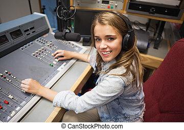 Sonriendo como un lindo anfitrión de radio
