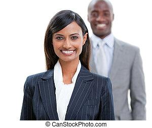 Sonriendo jóvenes de negocios