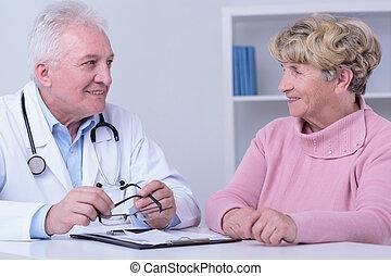 Sonriendo paciente y doctor