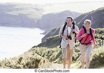 sonriente, ambulante, pareja, cliffside, aire libre
