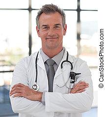 sonriente, doctor, maduro