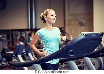 sonriente, gimnasio, mujer, ejercitar, noria