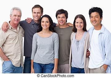 Sonriente grupo de amigos