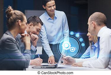 Sonriente jefa hablando con el equipo de negocios