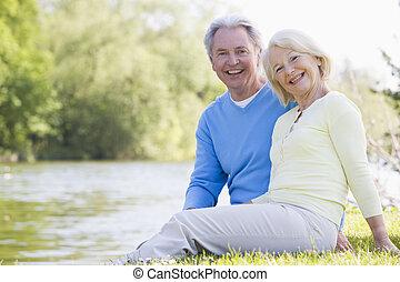 sonriente, pareja, parque, lago, aire libre