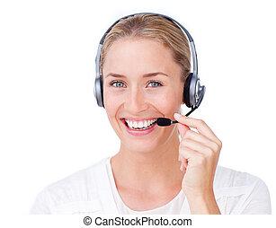Sonriente representante de servicio al cliente usando auriculares