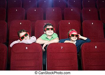 Sonrientes niños mirando caricaturas en el cine