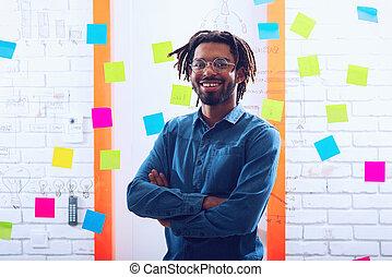 sonrisas, éxito, concepto, hombre de negocios, oficina., positivity