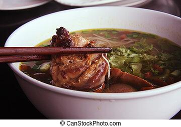Sopa de fideos asiática