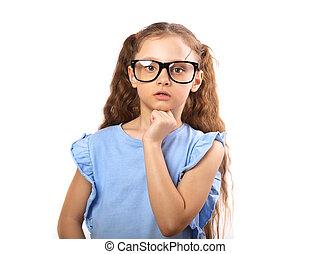 Sorprendente chica seria con gafas para los ojos pensando y mirando aislada en fondo blanco con una copia vacía.