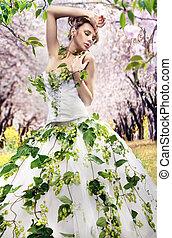 Sorprendente morena en un jardín de primavera