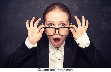 Sorprendido profesor divertido en gritos de gafas