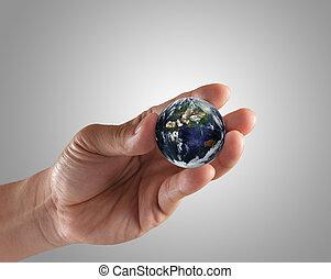 Sosteniendo un globo terráqueo resplandeciente