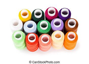 Spools hilos multicolores de pie grupo aislado en un fondo blanco
