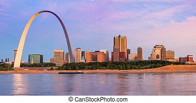 St. Louis Arch y Skyline en el río Mississippi al amanecer