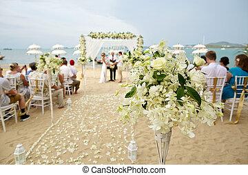 Suave concentración de bella decoración de flores en la ceremonia de la boda en la playa