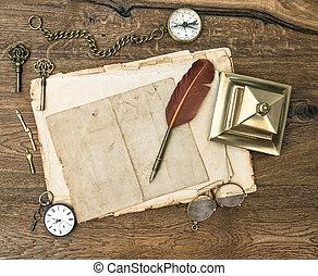 Suministros de oficina antiguos y accesorios en mesa de madera