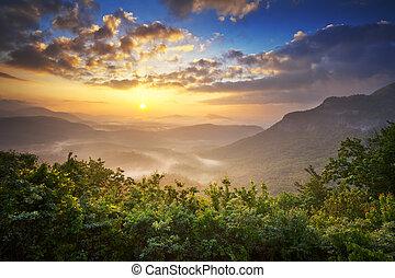 Sunrise Blue Ridge Mountains Scenic Overlook Nantahala Forest Highlands NC en la primavera de los apalachians del sur