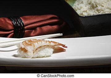 Sushi de camarón en un plato